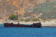 Roestig half-sunken schip royalty-vrije stock fotografie