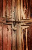 Roestig hangslot op deur Royalty-vrije Stock Foto