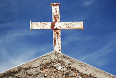 Roestig Kruis op dak stock fotografie
