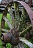 Roestig oud/uitstekend vervoerwiel in een landbouwbedrijf stock foto