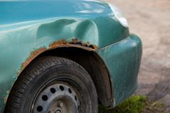 Roestig rechts van auto, corrosief tekort Corrosie en roest stock foto's