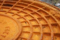 Roestig rood rioolbroedsel Stock Afbeeldingen