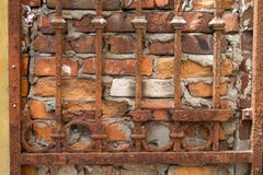Roestig rooster op de achtergrond van een oude rode bakstenen muur, achtergrond of concept stock fotografie