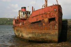 Roestig schip dichtbij Clifden, Ierland Stock Foto