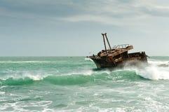 Roestig schip op ruwe overzees Stock Fotografie
