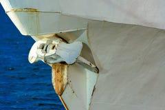 Roestig schipanker Fragment van een schip dichtbij de pijler binnen wordt vastgelegd die royalty-vrije stock foto
