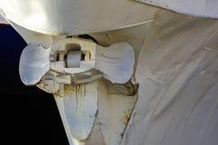 Roestig schipanker Fragment van een schip dichtbij de pijler binnen wordt vastgelegd die stock fotografie
