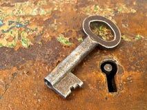 Roestig sleutelgat met sleutel Royalty-vrije Stock Foto's