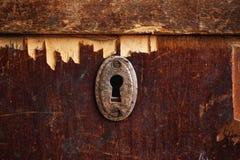 Roestig sleutelgat in oude houten garderobe stock afbeelding
