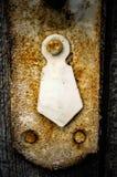 Roestig sleutelgat in oude houten garderobe, close-up royalty-vrije stock afbeeldingen