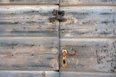 Roestig slot op oude houten doorsc stock afbeelding