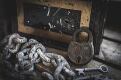 Roestig slot, sleutels, ketting en antieke doos in houten geval stock foto's