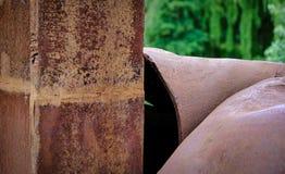 Roestig staalkunstwerk in het park stock afbeeldingen