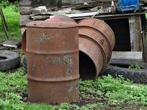 Roestig vat en rubberwielen stock foto's