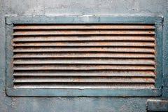 Roestig ventilatietraliewerk in metaalmuur Royalty-vrije Stock Foto