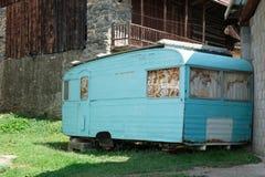 Roestige aanhangwagen die tegen een huis leunen Royalty-vrije Stock Foto