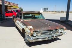 Roestige auto met skelet Royalty-vrije Stock Afbeelding
