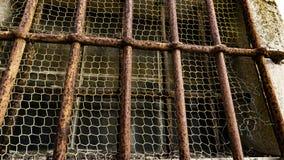 Roestige bars van een gevangenis royalty-vrije stock foto's