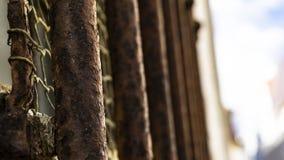 Roestige bars van een gevangenis stock afbeelding