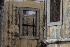 Roestige bars van een gevangenis stock fotografie