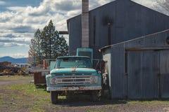 Roestige blauwe oude Ford-pick-up en landelijk bederf royalty-vrije stock foto's