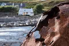 Roestige boei op het strand in Polbain, het noorden van Ullapool, op de westkust van Schotland stock foto's
