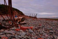 Roestige bouw op het strand stock foto's