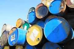 Roestige brandstof en chemische trommels royalty-vrije stock afbeelding