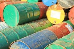 Roestige brandstof en chemische trommels Royalty-vrije Stock Foto's