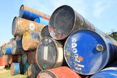 Roestige brandstof en chemische trommels Royalty-vrije Stock Foto
