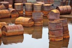 Roestige brandstoftrommels op Noordpoolkust royalty-vrije stock fotografie