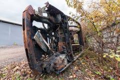 Roestige brandwond uit SUV aan zijn kant stock afbeelding
