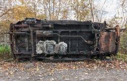 Roestige brandwond uit SUV op het kant royalty-vrije stock foto's