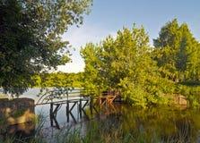 Roestige brug over de rivier stock foto