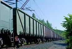 Roestige bruine en groene goederenwagonnen Royalty-vrije Stock Afbeelding