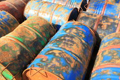 Roestige chemische trommels Royalty-vrije Stock Foto's