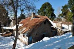 Roestige dak en sneeuwdaling Royalty-vrije Stock Foto