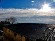 Roestige dak en zonstralen Stock Afbeelding