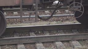 Roestige de wielentribune van de spoorwegtrein op sporen