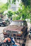 Roestige die auto op de weg wordt geparkeerd Stock Foto