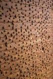 Roestige die deur met spijkers in Citadel van Tripoli, Libanon wordt vastgenageld stock afbeeldingen
