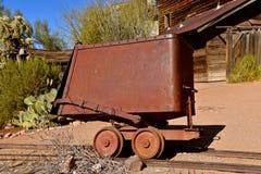Roestige die stootkar in mijnbouw wordt gebruikt stock afbeeldingen