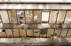Roestige en gebroken vensters op een dak Stock Foto