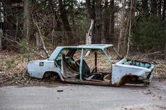 Roestige en verlaten auto in de Uitsluitingsstreek van Tchernobyl stock afbeelding