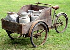 Roestige fietsen van oude melkboer Stock Afbeeldingen
