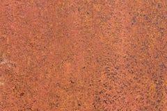 Roestige geel-rode geweven metaaloppervlakte De textuur van het metaalblad is naar voren gebogen aan oxydatie en corrosie grunge Stock Foto