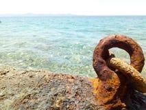 Roestige gehechtheid op zee stock foto