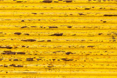 Roestige gele verf op oude omheining Stock Afbeelding