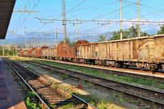 Roestige goederenwagonnen Cuneo, Italië Royalty-vrije Stock Foto's