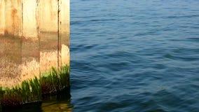 Roestige golfbreker Kalm water en Zonnig weer stock video